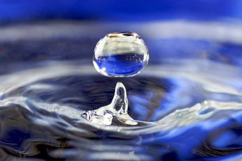 800px-Water_drop_001